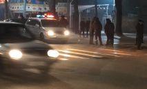 Сотрудники милиции на месте стрельбы на пересечении улиц Некрасова и Гагарина в Бишкеке