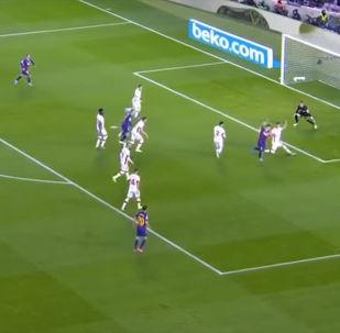 Форвард Барселоны Луис Суарес отметился очень красивым голом в домашнем матче 16-го тура чемпионата Испании против Мальорки.