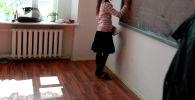 Ученица отвечает у доски на уроке. Архивное фото