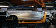 Сборка новых автомобилей на заводе. Архивное фото