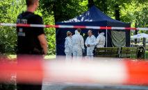 Судебно-медицинские эксперты полиции, которые собирают улики на месте преступления в берлинском районе Моабит, где был застрелен мужчина грузинского происхождения. 23 августа 2019 года