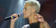 Солистка группы Roxette Мари Фредрикссон выступает на репетиции Гала-ярмарки Popkomm Music Fair в Кельне. 15 августа 2001 года