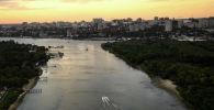 Вид с борта вертолета на реку Дон и город Ростов-на-Дону.