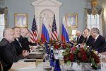 Министр иностранных дел РФ Сергей Лавров, посол России в США Анатолий Антонов (справа налево) и госсекретарь США Майк Помпео (второй слева) во время встречи в Вашингтоне.
