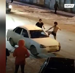 В этом видео удивительно все: восстание машины, внешний вид ее хозяина, то, как он пытался остановить автомобиль и как реагировали другие водители.