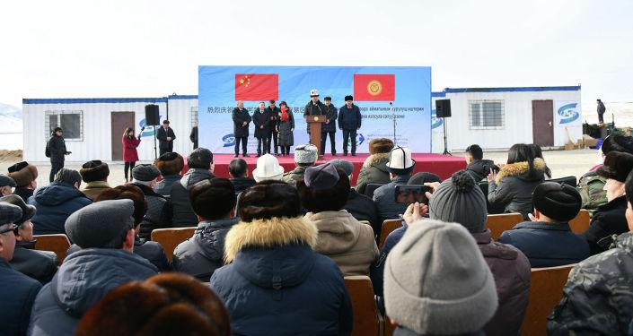 Премьер-министр КР Мухаммедкалый Абылгазиев на церемонии закладки капсулы индустриально-торгово-логистического центра Ат-Баши в Нарынской области