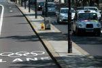 Разделенная полоса островками безопасности на одной из улиц Лондона. Архивное фото