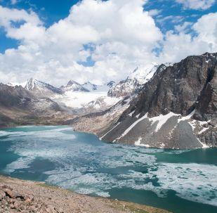Озеро Ала-Куль в горах хребта Терскей-Алатау Центрального Тянь-Шаня. Архивное фото