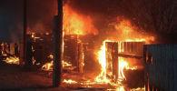 Огонь охвативший бараки. Архивное фото