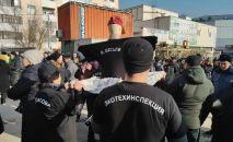 На мини-рынке Берекет универсал Ошского рынка вновь проходит митинг продавцов