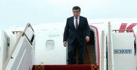 Президент КР Сооронбай Жээнбеков выходит из трапа самолета. Архивное фото