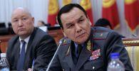 Министр внутренних дел КР Кашкар Джунушалиев на заседании Жогорку Кенеша
