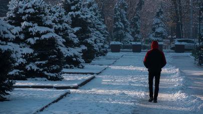 Мужчина идет по бульвару Эркиндик в Бишкеке