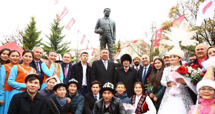 В Анкаре (Турция) открылся памятник народному писателю Кыргызстана Чингизу Айтматову в парке имени Чингиза Айтматова, расположенном в муниципалитете Кечиорен.