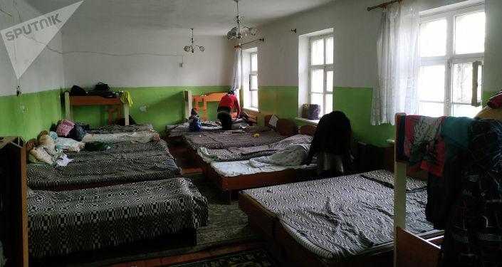 Лежанки в центре милосердия в Ленинском районе Бишкека