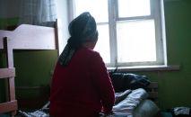 Женщина возле окна. Архивное фото