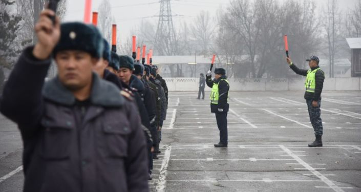 Руководство МВД показало журналистам, как и в каких условиях обучаются новобранцы Управления патрульной службы милиции Бишкека