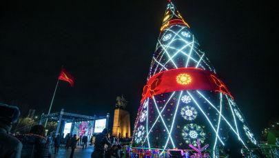 Новогодняя елка на площади Ала-Тоо в Бишкеке. Архивное фото