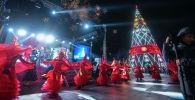 Церемонии зажжения главной новогодней елки Кыргызстана площади Ала-Тоо в Бишкеке