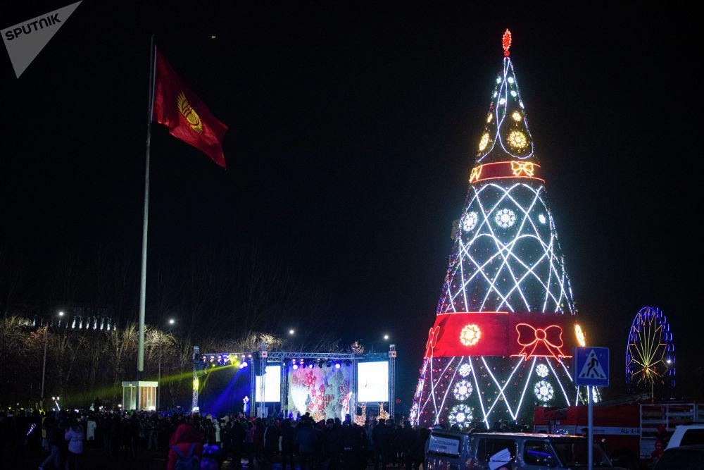 Борбордук аянтты Тазалык менен Бишкекжарыктын 105 кызматкери кооздогон.
