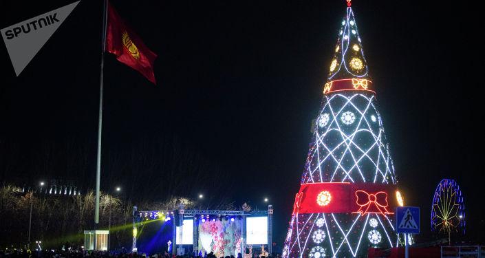 Украшали площадь и елку 105 сотрудников Тазалыка и Бишкексвета.