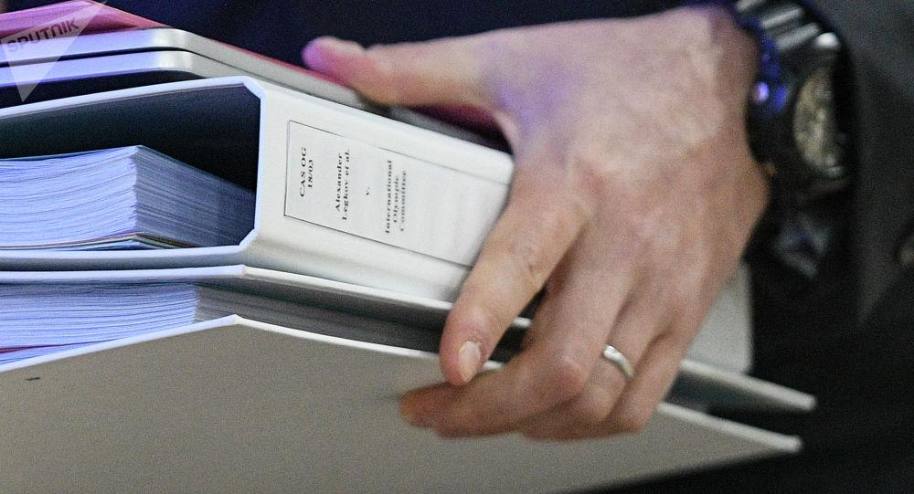 Мужчина с папками документов в руках. Архивное фото