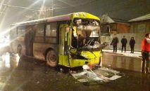 Последствия ДТП с участием троллейбуса, автобуса и двух легковых авто на пересечении улиц Гагарина и Термечикова в Бишкеке