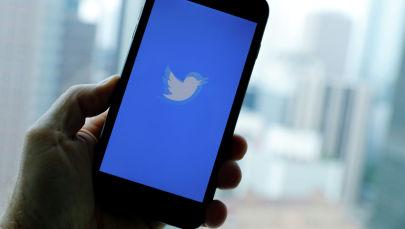 Логотип социальной сети Twitter на экране телефона