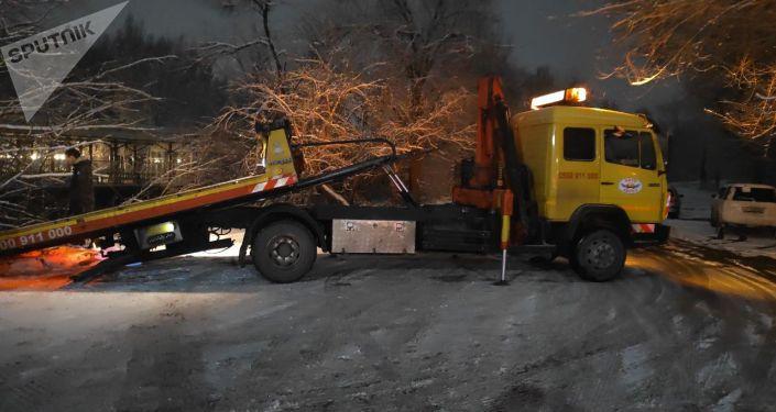 В Бишкеке из-за гололеда авто упало в БЧК