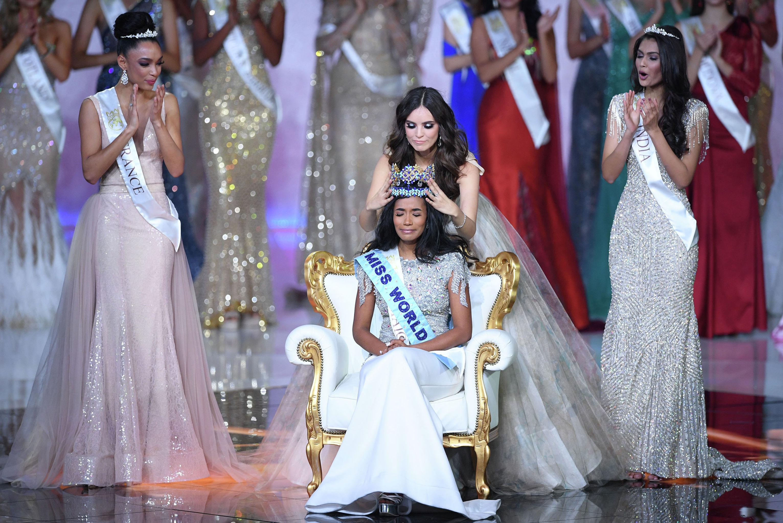 Мисс Мира 2018, Мексиканская Ванесса Понсе де Леон короновала Мисс Мира 2019 Мисс Ямайка Тони-Энн Сингх во время финала Мисс Мира 2019 на арене Excel в восточном Лондоне 14 декабря 2019 года