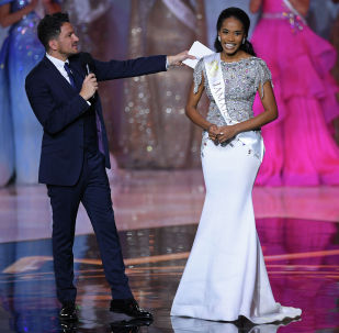 Мисс Ямайка Тони-Энн Сингх реагирует на выход в полуфинал во время финала Мисс Мира 2019 года на арене Excel в восточном Лондоне 14 декабря 2019 года.