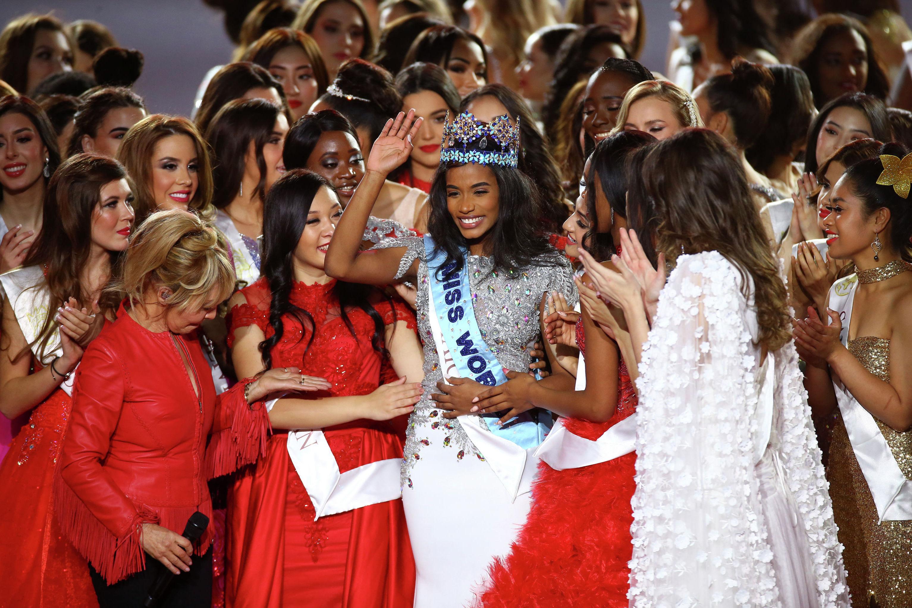 Победительница Мисс мира 2019 Тони-Энн Сингх из Ямайки, в центре с короной с другими конкурсантками после получения награды на 69-м ежегодном конкурсе Miss World в центре Excel в Лондоне. 14 декабря 2019 года