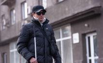 Незрячий Александр Аметов идет по улице