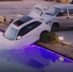 Автовладелец не выключил двигатель и оставил в салоне машины собаку. Питомцу хватило несколько минут, чтобы утопить авто.