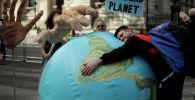 Протестующий против изменения климата возле Даунинг-стрит в Лондоне. 8 октября 2019 года