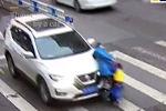 В Китае маленький мальчик повел себя, как настоящий мужчина, когда его и маму сбила машина на пешеходном переходе.