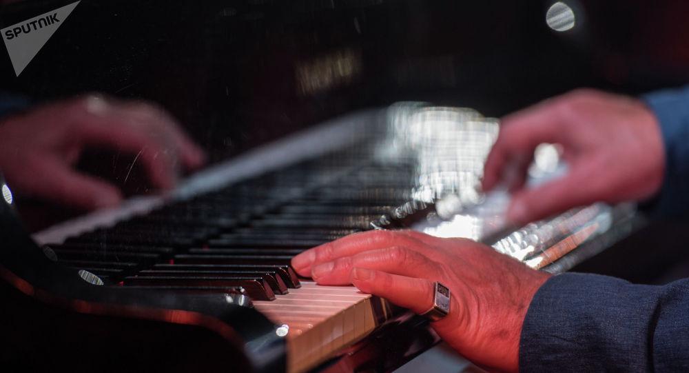 Фортепианодо ойногон музыкант. Архивдик сүрөт