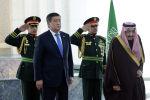 Президент Кыргызской Республики Сооронбай Жээнбеков в рамках официального визита в Королевство Саудовская Аравия встретился с Королем Саудовской Аравии Салманом бин Абдельазиз Аль Саудом. 16 декабря 2019 года