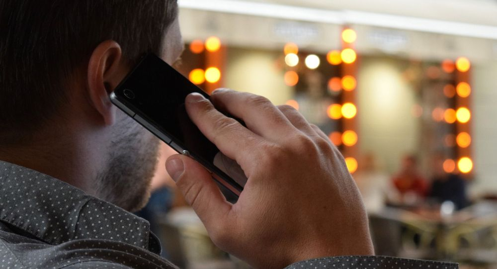 Мужчина говорит по телефону. Архивное фото