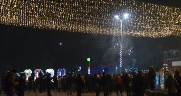 Новогоднее оформление центральной площади города Джалал-Абад