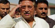 Бывший президент Пакистана и глава политической партии Всекитайская мусульманская лига (APML) Первез Мушарраф приветствует на партийном манифесте для предстоящих всеобщих выборов в своей резиденции в Исламабаде 15 апреля 2013 года.