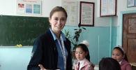 Съемочная группа Sputnik съездила в самый холодный регион страны — Нарынскую область, чтобы пообщаться с волонтерами, приехавшими в город Кочкор знакомить местных школьников с русской культурой.