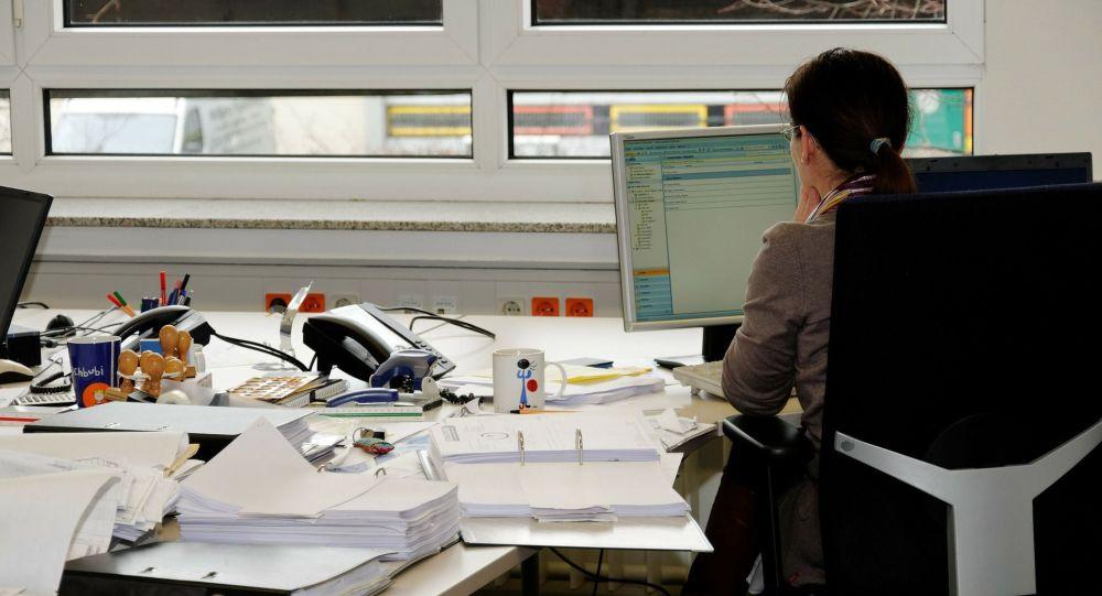 Женщина на рабочем месте в офисе. Иллюстративное фото