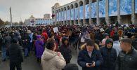 Участники митинга в защиту свободы слова, СМИ и против коррупции на площади Ала-Тоо в Бишкеке
