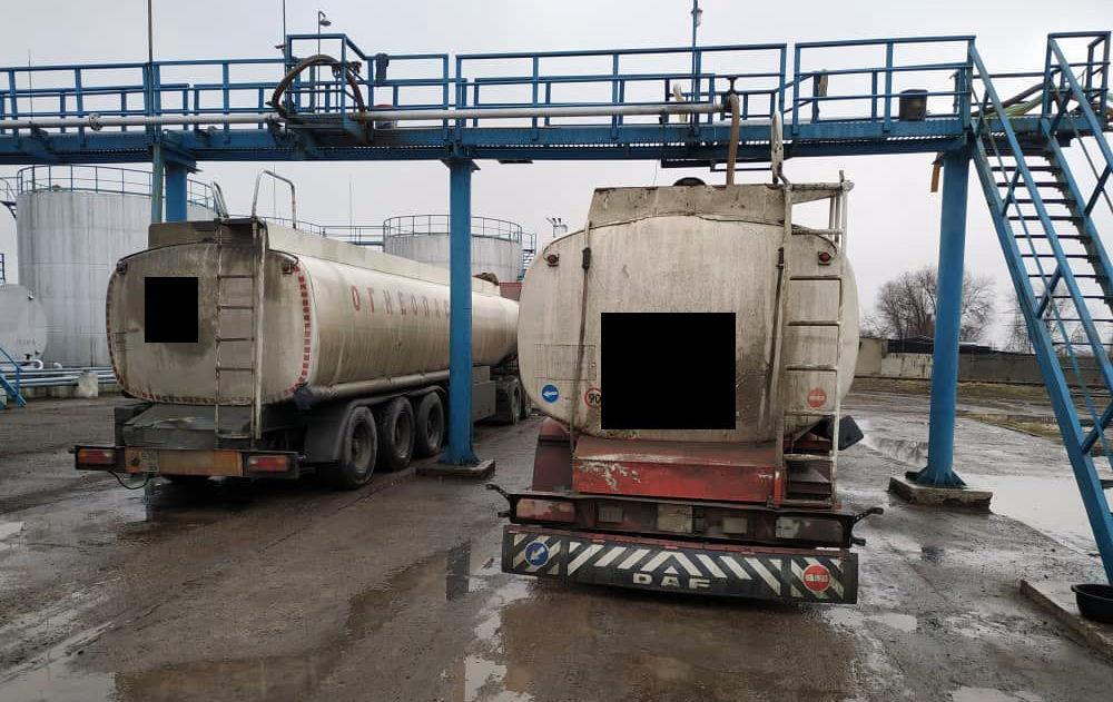 Сотрудники АКС ГКНБ на территории железнодорожной станции Кара-Балта задержали 4 вагона-цистерн с бензанолом в количестве 240 тонн. 13 декабря 2019 года