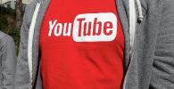 Логотип YouTube на футболке, которую носит человек возле офисного здания YouTube в Сан-Бруно, штат Калифорния. 4 апреля 2018 года