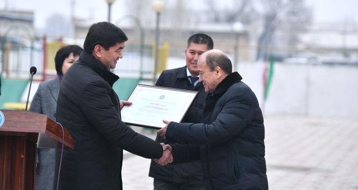 Премьер-министр КР Мухаммедкалый Абылгазиев вручил 70 сотрудникам Государственной службы исполнения наказаний квартиры в новом доме в городе Джалал-Абад