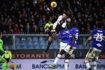 Португальский нападающий Ювентуса Криштиану Роналду забивает гол в матче итальянской серии А Сампдория - Ювентус на стадионе Луиджи-Феррарис в Генуе. 18 декабря 2019 года