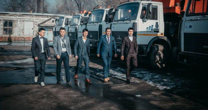 Сотрудники муниципального предприятия Тазалык Бишкека переоделись в классическую одежду, сняв спецформу.