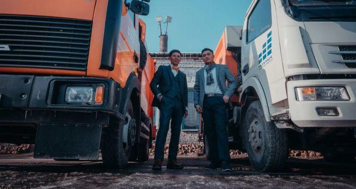 Сотрудники муниципального предприятия Тазалык переоделись в классическую одежду, сняв спецформу